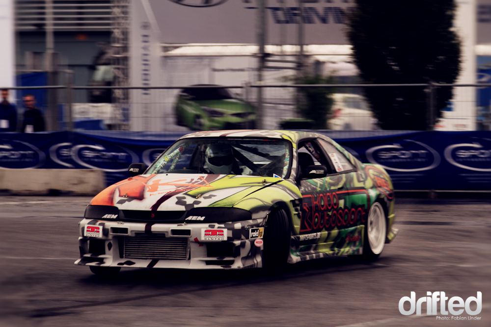 Unique: Marcel Uhlig´s R33 is a mixture between graffitti art and stickerbombing (check out the rollcage!)