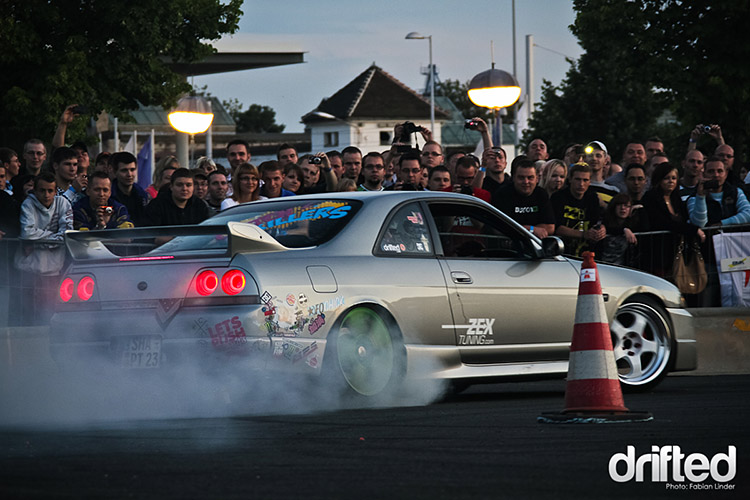 r33 skyline wall scrape crowd spectators